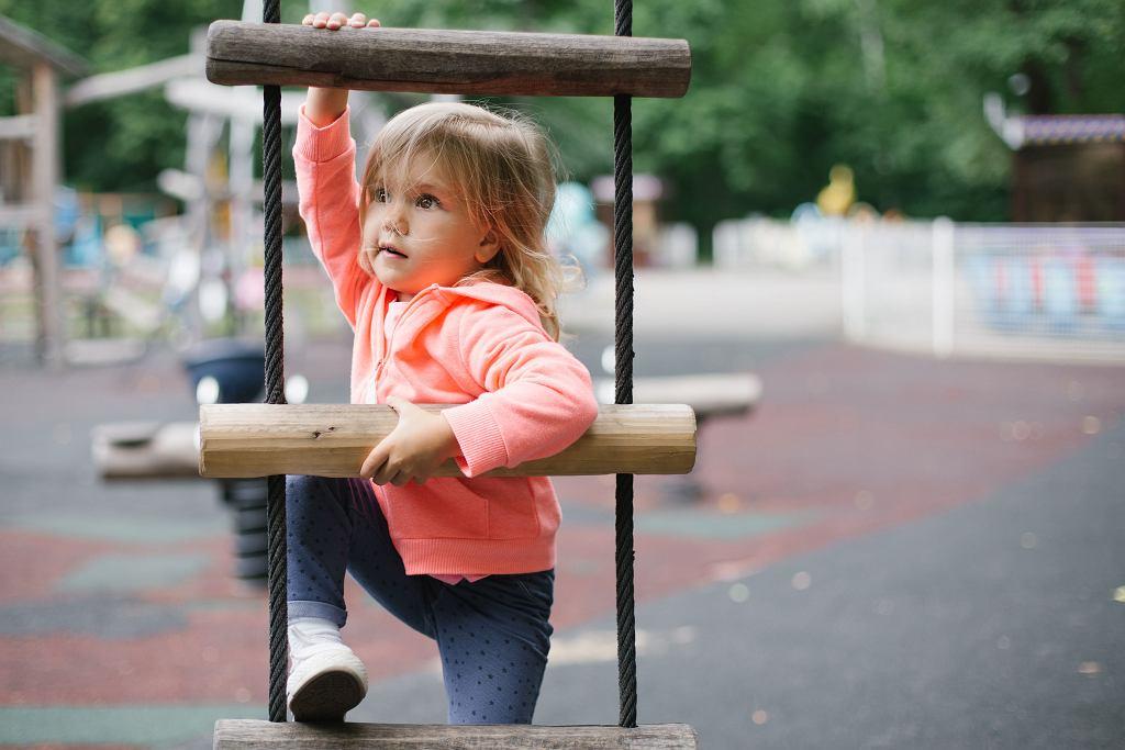 Rozwój fizyczny dziecka - co warto o nim wiedzieć? Jakie wyróżnia się etapy rozwoju dzieci? Czym charakteryzuje się każdy z nich?