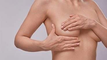 Rak piersi. Samodzielne badanie piersi. Zdjęcie ilustracyjne