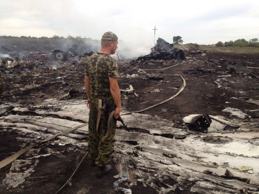 Samolot Malaysia Airlines, najprawdopodobniej zestrzelony, rozbił się niedaleko granicy z Rosją. Na pokładzie samolotu było 298 osób; nikt nie przeżył. W rejonie, gdzie spadł malezyjski samolot, trwają walki między prorosyjskimi separatystami a ukraińskimi siłami rządowymi. Samolot leciał z Amsterdamu do Kuala Lumpur. 50 kilometrów przed wejściem w rosyjską przestrzeń powietrzną zaczął się zniżać. Uderzył w ziemię w okolicach miast Szachtarsk i Torez w obwodzie donieckim na wschodzie Ukrainy. Na zdjęciu: uzbrojony separatysta na miejscu katastrofy samolotu. Zapraszamy do galerii zdjęć tygodnia