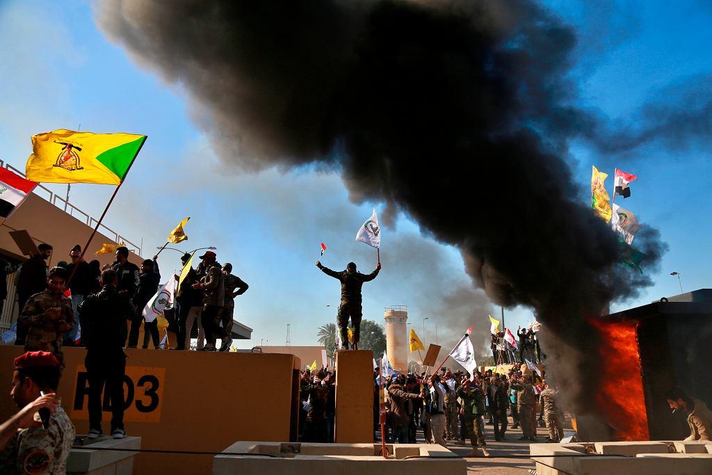 Irak. Protestujący zwolennicy wspieranej przez Iran milicji wdarli się do kompleksu amerykańskiej ambasady