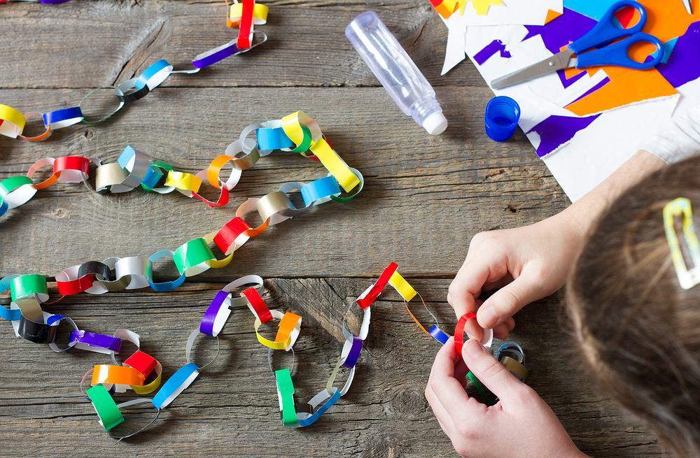 Dekoracje świąteczne DIY - papierowy łańcuch. Zdjęcie ilustracyjne