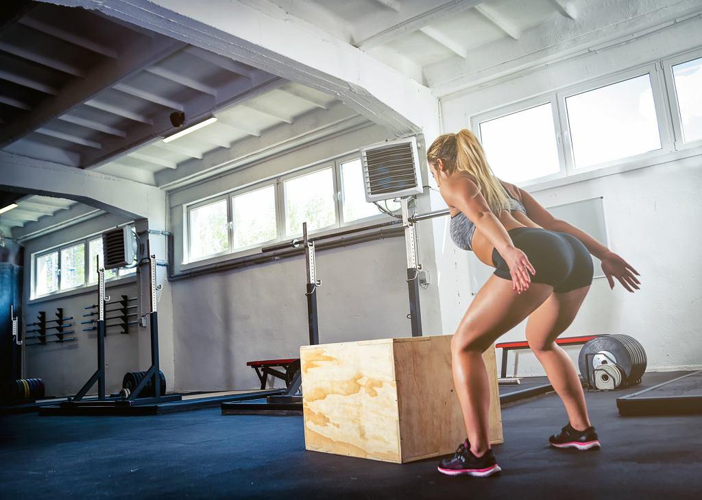 Box jump to bardzo efektywne ćwiczenie, ale należy je wykonywać prawidłowo ze względów bezpieczeństwa.