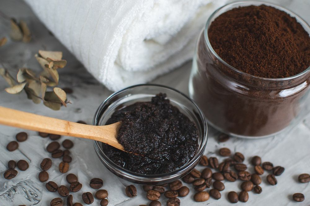 Peeling trychologiczny z kawy. Zdjęcie ilustracyjne