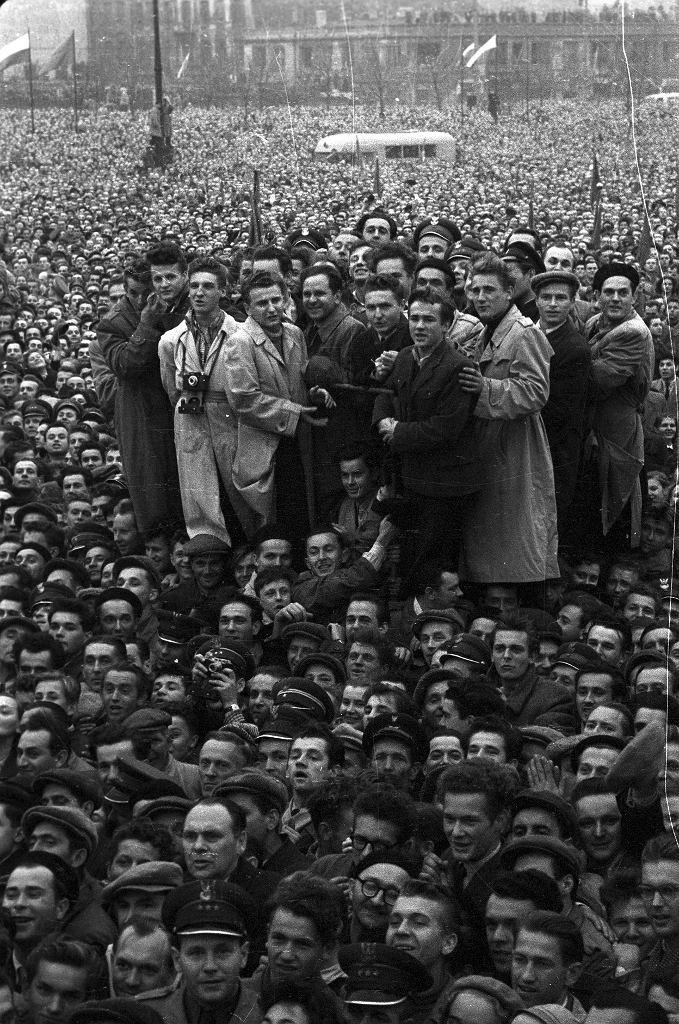 Przemówienia Władysława Gomułki na placu Defilad w Warszawie mogło słuchać około 400 tys. ludzi, 24 października 1956 r.