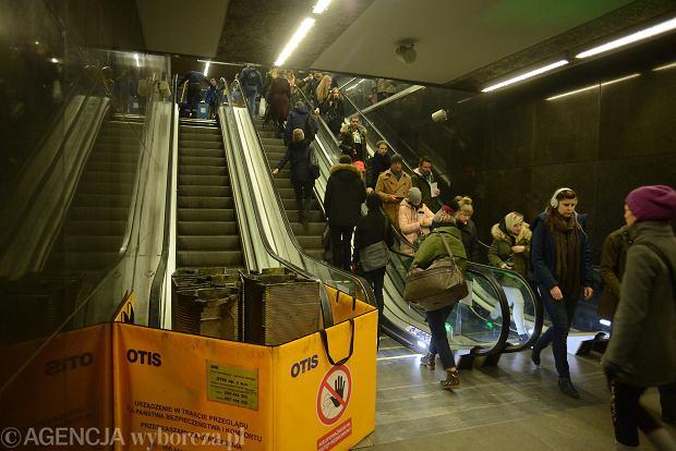 Лестница в соединителе двух линий метро уже давно перегружена.