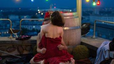 """Nowy rok przyniesie gorące otwarcie w serialu """"Na Wspólnej"""". 4 stycznia, w odcinku 2198 Kasia (Julia Chatys) i Dominik (Mateusz Gąsiewski) przeżyją swój pierwszy raz! Para ma wszystko zaplanowane. Do pierwszego zbliżenia ma między nimi dojść, gdy ojciec dziewczyny i jej macocha pojadą na badania USG. Pojawiają się jednak różne """"niespodzianki"""", które oddalą w czasie ich specjalną randkę."""