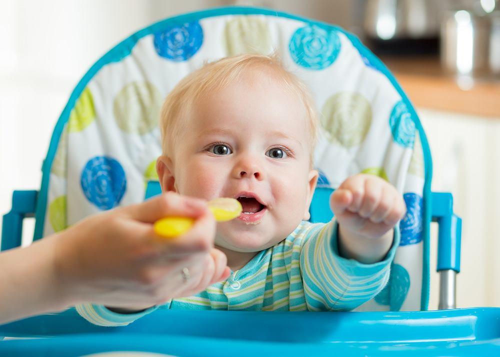 dziecko jedzące kaszkę
