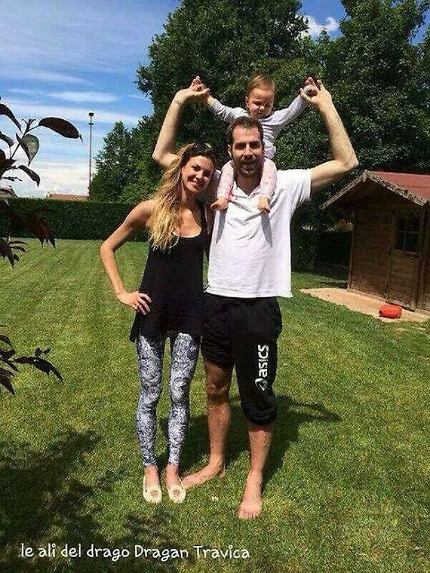 Mia Savani z mamą i wujkiem