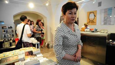 Pakowaniu zbiorów przygląda się prezydent Hanna Gronkiewicz-Waltz