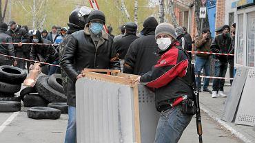 Prorosyjski separatysta na kontrolowanym posterunku policji w Słowiańsku