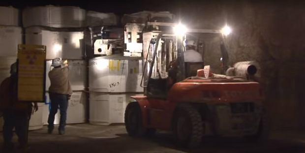 Pojemniki z odpadami układane w podziemnym składowisku
