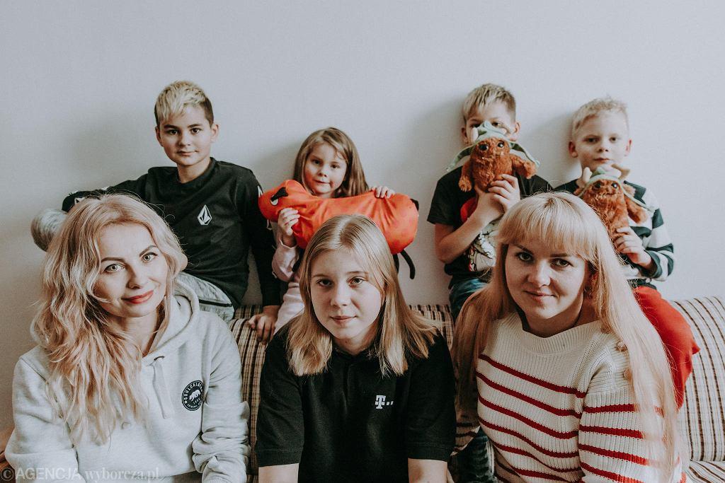 Oksana, Karina (15), Artur (8) oraz Natalia, Nikita (11), Natan (8), Sofia (6) w mieszkaniu na Sadybie