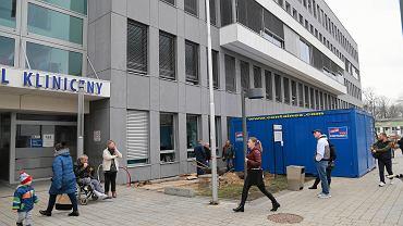 Epidemia koronawirusa. Tymczasowe kontenery do wstępnej selekcji pacjentów przed Uniwersyteckim Szpitalem Klinicznym w Białymstoku