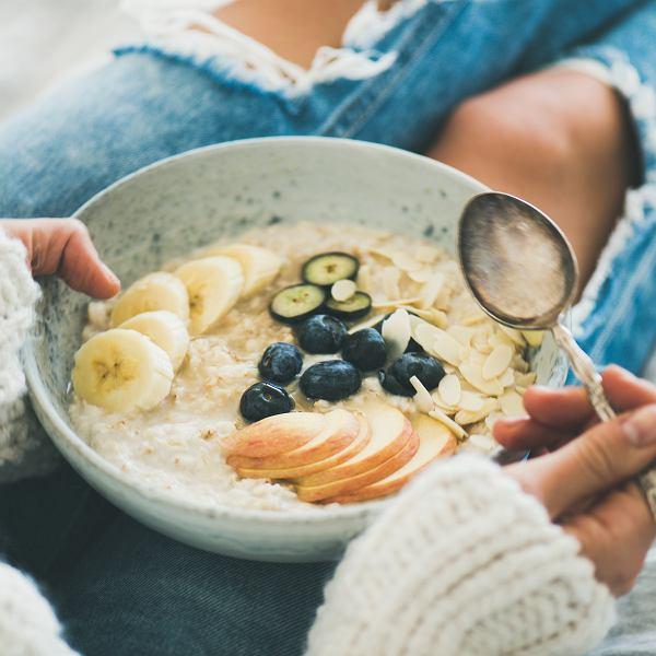 Owsianka to jest! Miska płatków zalanych jogurtem lub mlekiem, do tego kilka owoców lub orzechów - najlepszy sposób na udany start dnia