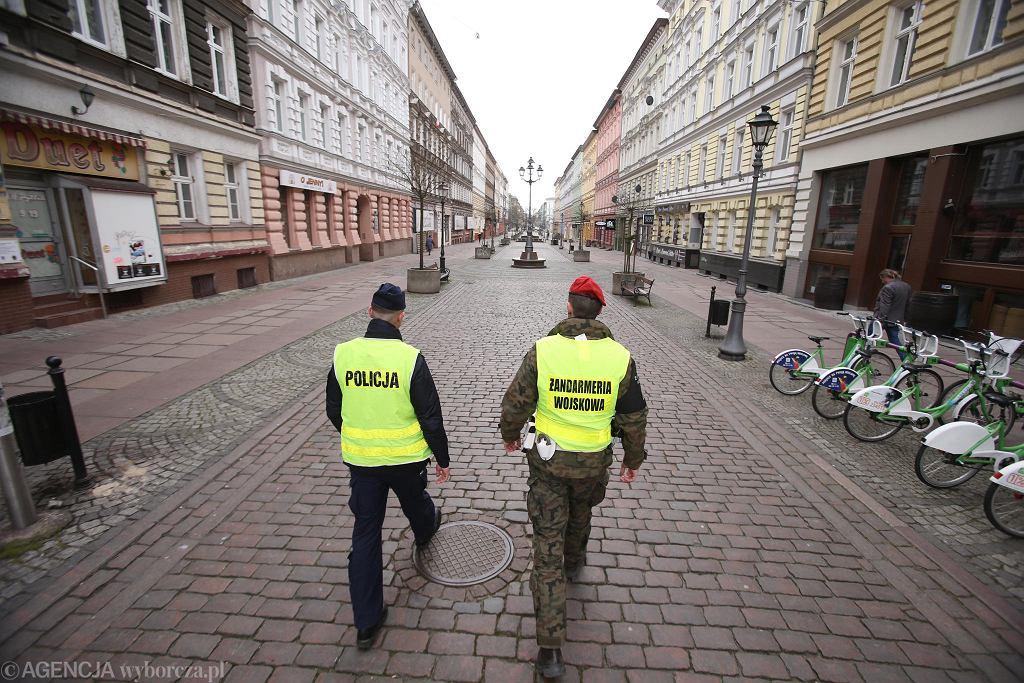Rok koronawirusa. 1 kwietnia 2020 r. Pierwszy lockdown. Patrol policji i żandarmerii na pustym deptaku Bogusława w Szczecinie