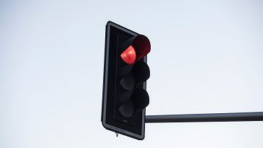 Częstochowa. Samochód przejechał na czerwonym świetle. Potrącony motocyklista przeleciał 20 metrów (zdj. ilustracyjne)