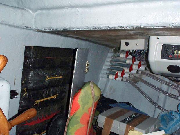 Fragment wnętrza standardowej 'narcosub'. Przedział załogi i drzwi do ładowni z narkotykami