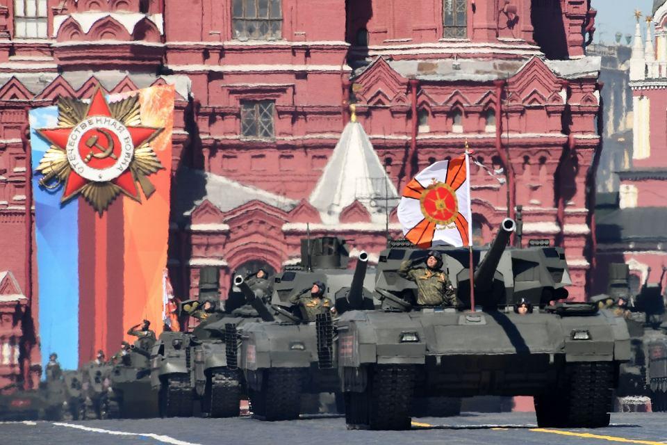 Czołg T-14 'armata', ogłaszany cudem techniki 'niemającym odpowiedników w świecie', nie będzie produkowany seryjnie i nie stanie się, co zapowiadano od lat, podstawową maszyną bojową armii Rosji. Na zdjęciu: T-14 rozkraczył się podczas przygotowań do parady na Placu Czerwonym. Moskwa, 9 maja 2018
