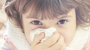 Co robić, aby pomóc dziecku, które męczy katar?