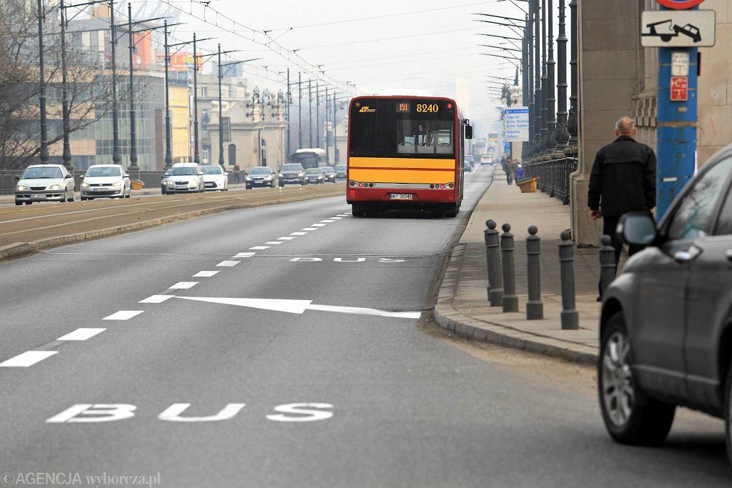 Buspasy na moście Poniatowskiego namalowano w weekend
