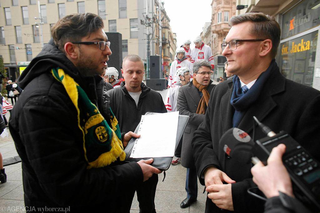 Kibice wręczają petycję prezydentowi Krupie