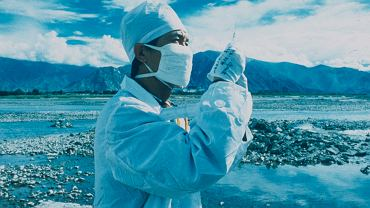 Betsy Damon, Czyszczenie rzeki, 1996 r. W 1991 r. artystka założyła międzynarodową organizację 'Strażnicy wody', która wspiera projekty artystyczne, społeczne i naukowe poświęcone ochronie zasobów wodnych. Projekty, jakie zainicjowała Damon w Chinach w latach 90. doprowadziły do otwarcia Living Water Garden, pierwszego parku tematycznego, którego motywem przewodnim jest uzdatnianie wody do picia.