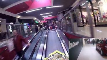 Jazda motocyklem przez centrum handlowe