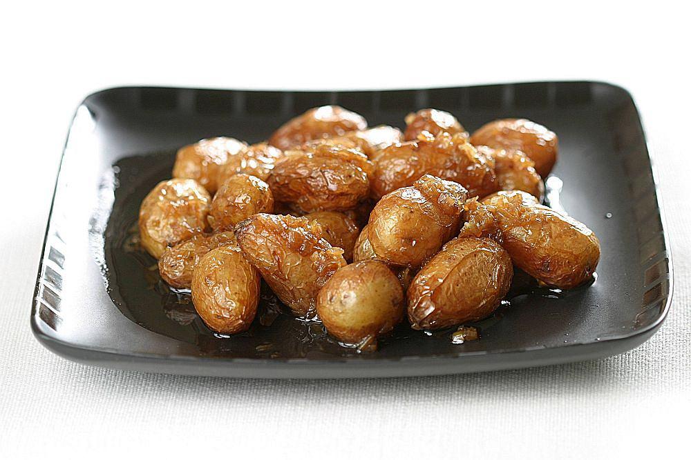 Młode ziemniaki gotowane w dashi