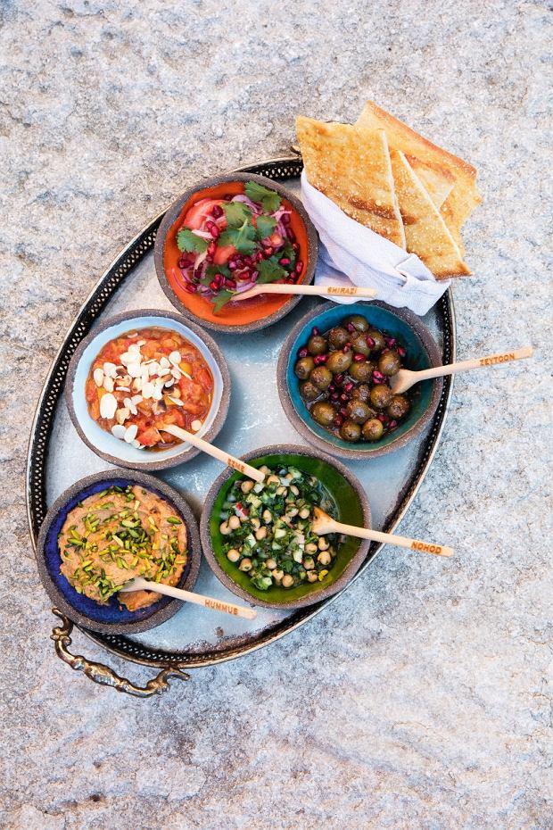 Perski talerz przekąsek - sto procent wegański: sałatka shirazi zogórkami, pomidorami, czerwoną cebulą, oliwą, świeżo wyciśniętym sokiem zcytryny; zeytoon: oliwki zmelasą zgranatu zorzechami włoskimi iześwieżym granatem; nohod to sałatka zciecierzycy zkolendrą ichili; hummus zsuszonymi pomidorami, zielonymi pistacjami wsłupkach; ezme to pieczony bakłażan zpomidorami. Pasty najlepiej smakują zperskim chlebkiem barbari.
