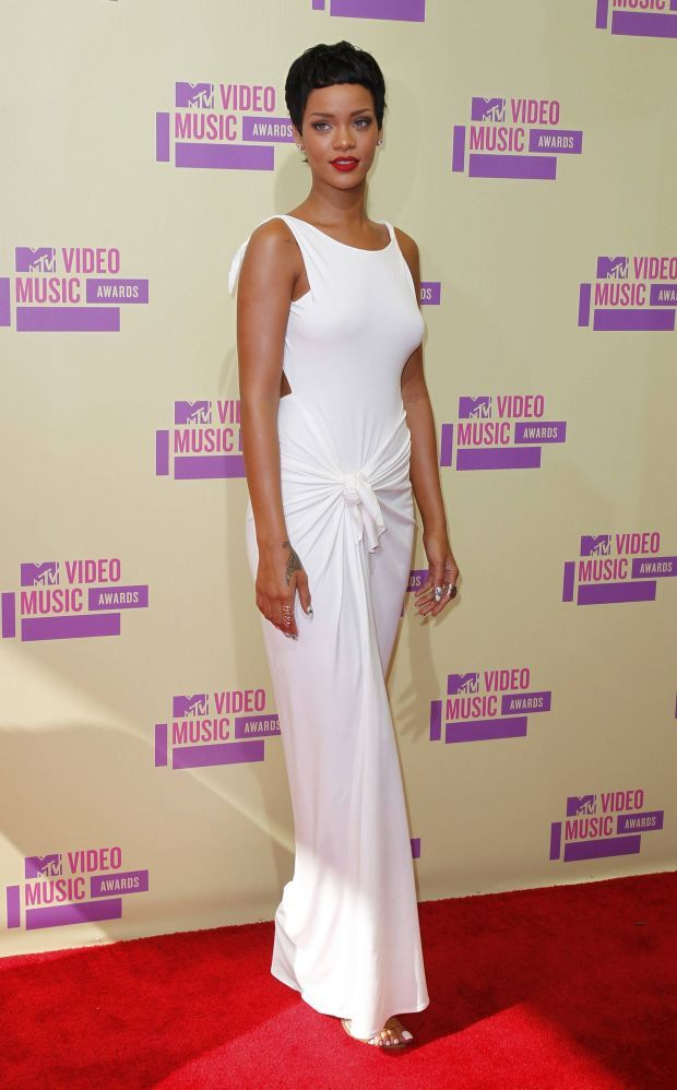 Singer Rihanna poses as she arrives for the 2012 MTV Video Music Awards in Los Angeles, September 6, 2012.  REUTERS/Mario Anzuoni    (UNITED STATES  - Tags: ENTERTAINMENT)  (MTV-ARRIVALS)