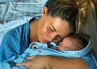 """Małgorzata Rozenek pozuje na szpitalnym łóżku z dzieckiem. """"Mały Cud"""""""