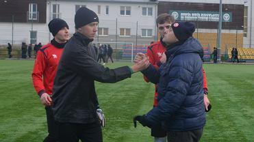 Trener Maciej Śliwowski gratuluje występu swoim podopiecznym