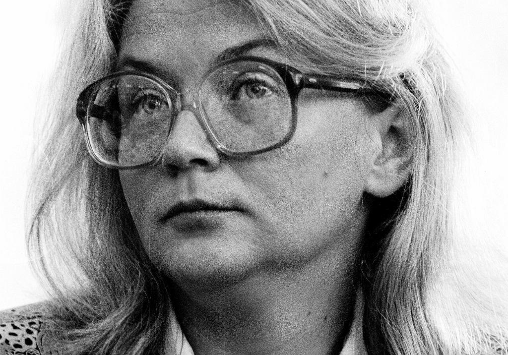 Alina Pienkowska wyrazistą kreskę na oczach zmieniła na ogromne okulary, znak rozpoznawczy opozycjonistów