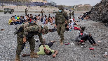 Tysiące migrantów przypłynęło z Maroka do Ceuty