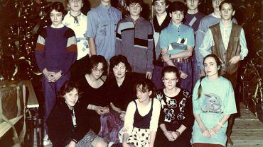 Joanna Sadzik (w pierwszym rzędzie na dole, w spódnicy w kropki) i jej koledzy w klasie ósmej