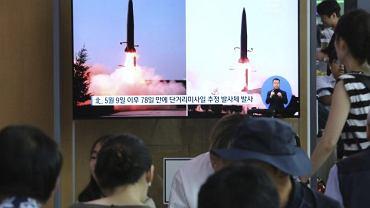 Mieszkańcy Seulu oglądają telewizyjną relację dotyczącą wystrzelenia przez Koreę Północną dwóch rakiet krótkiego zasięgu