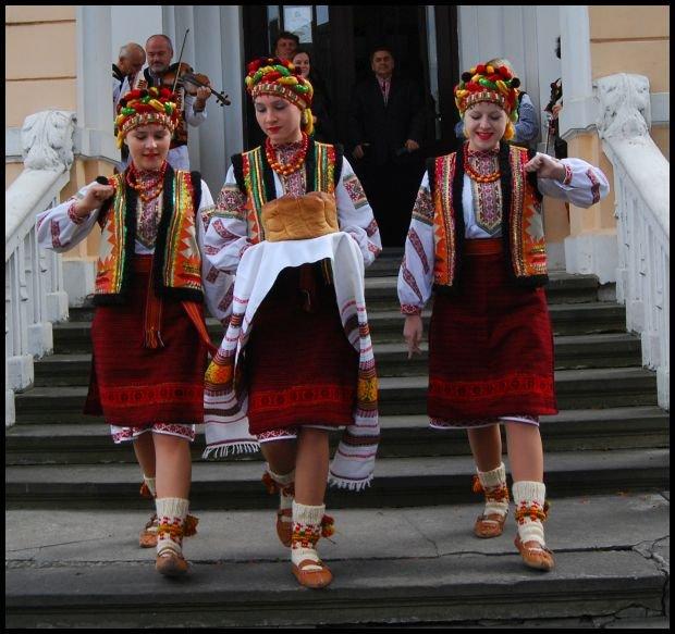 Huculskie dziewczyny przed muzeum miejskim; fot. Dominika Węcławek