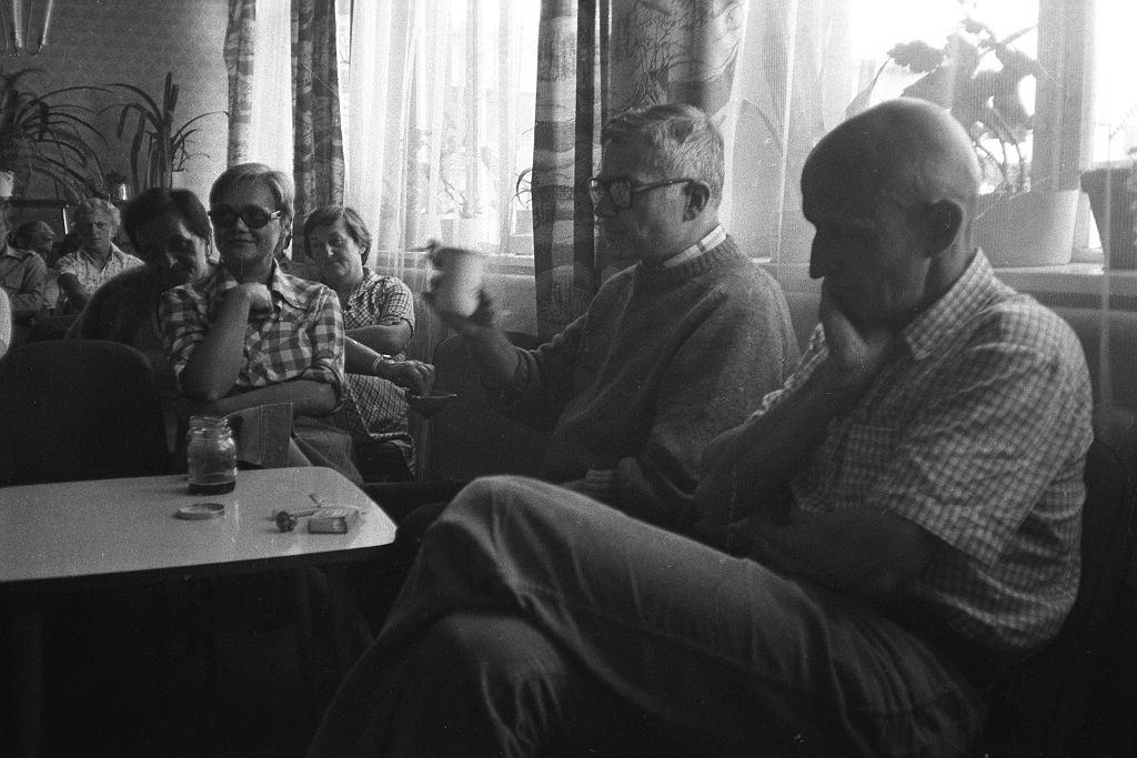 Ośrodek dla internowanych w Darłówku, 1982 r. Barbara Szubert po lewej stronie w pierwszym rzędzie. Pierwszy od prawej Andrzej Drawicz, drugi Krzysztof Śliwiński