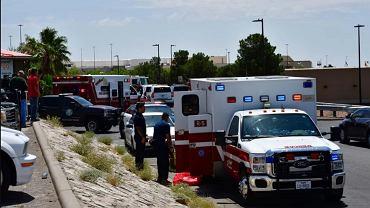 El Paso, Teksas. Karetki pogotowia pod centrum handlowym, w którym doszło do strzelaniny.