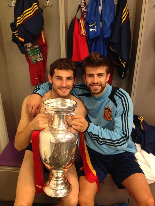 Hiszpańska szatnia po zwycięskim meczu z Włochami. Na zdjęciu: Iker Casillas i Gerard Pique