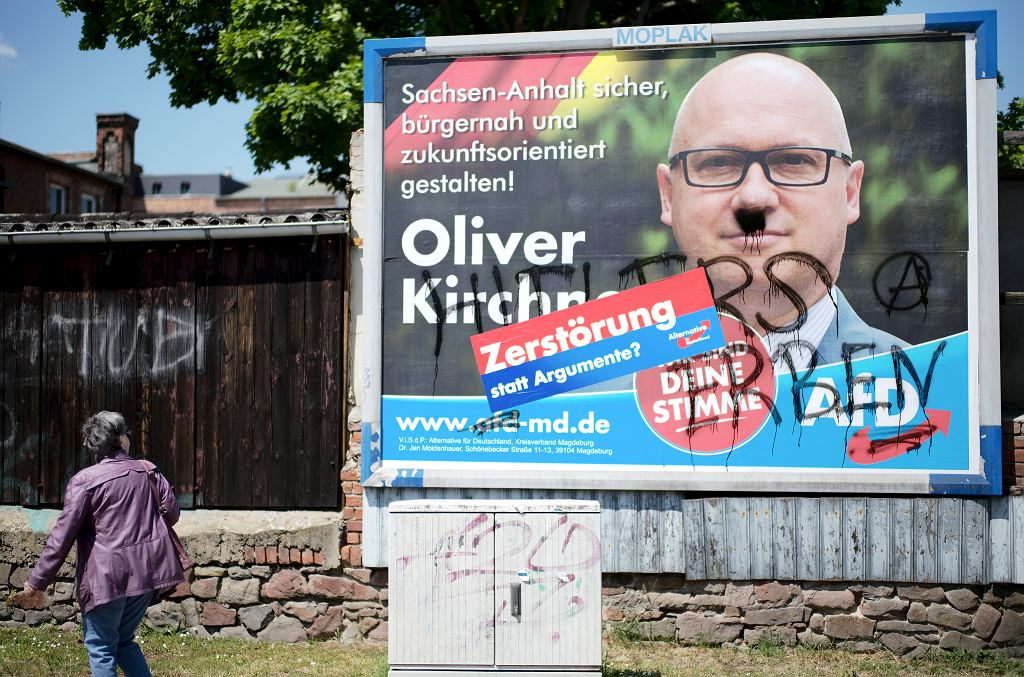 Zniszczony plakat wyborczy Olivera Kirchnera (AfD)