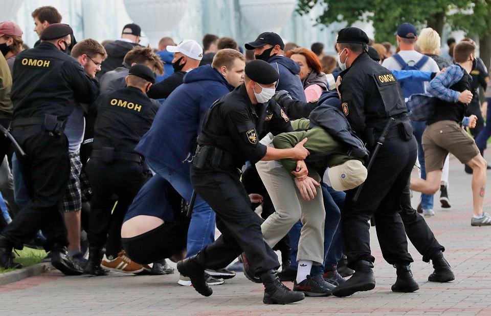 Białoruska policja pacyfikuje demonstrację przeciwko niezarejestrowaniu opozycyjnych kandydatów na prezydenta. Mińsk, 14 lipca 2020