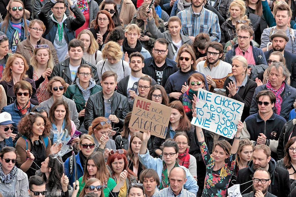 W całej Polsce trwały dzisiaj demonstracje przeciwko zaostrzeniu ustawy o planowaniu rodziny. Na zdjęciu - Poznań