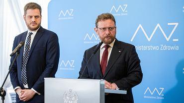 Podsekretarz stanu Janusz Cieszyński oraz minister zdrowia Łukasz Szumowski.