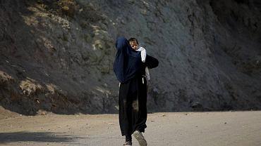 Środowy szczyt ma się zająć między innymi  pomocą dla Grecji na zewnętrznej granicy Unii. Na zdjęciu Afganka zmierzająca do obozu uchodźców na wyspie Lesbos