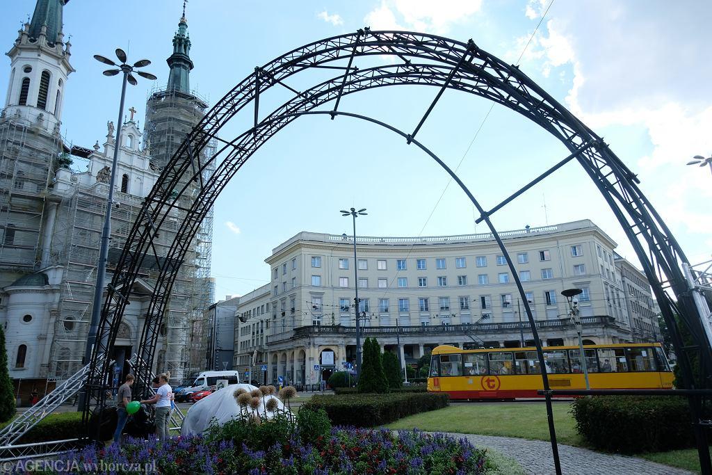 Budowa tęczy na placu Zbawiciela w Warszawie