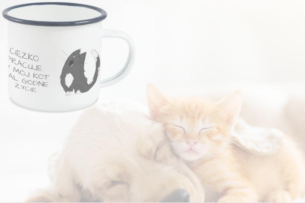 Kubek 'Ciężko pracuję, by mój kot miał godne życie'.