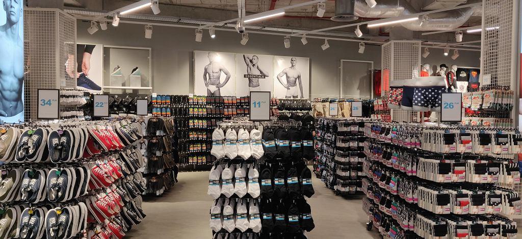 Duży wybór bielizny, skarpet i butów