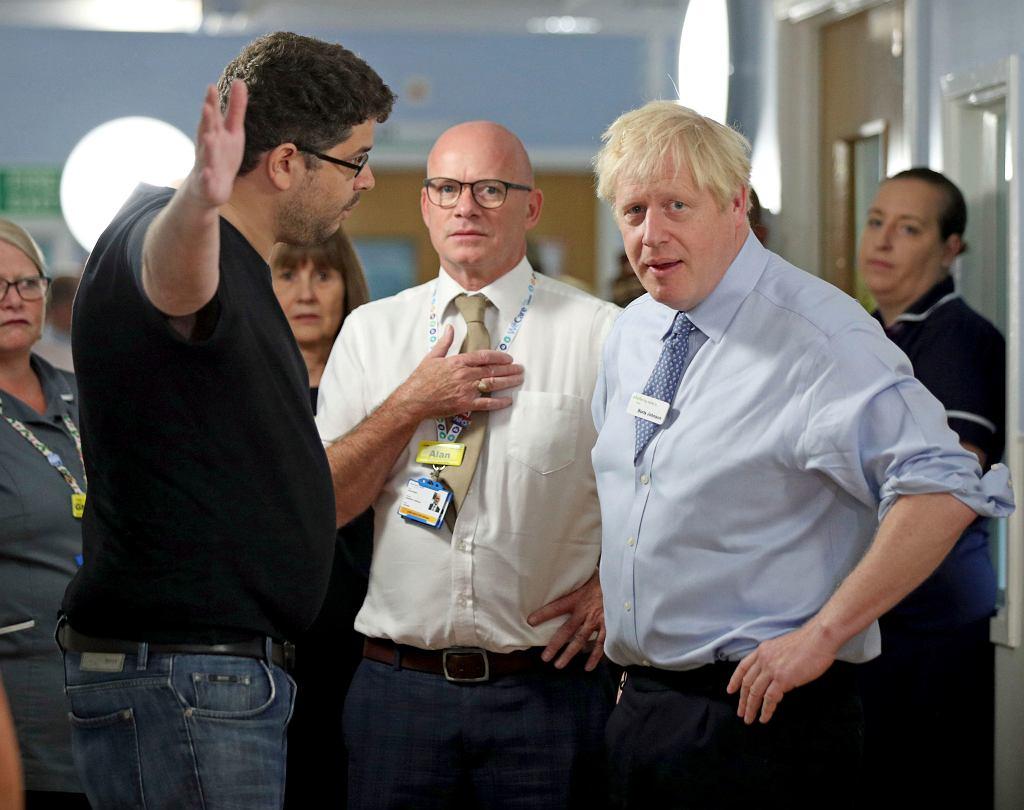 Boris Johnson rozmawia z Omarem Salemem