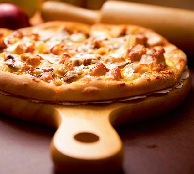 Oszczędna pizza z resztkami kiełbasy i warzyw z grilla